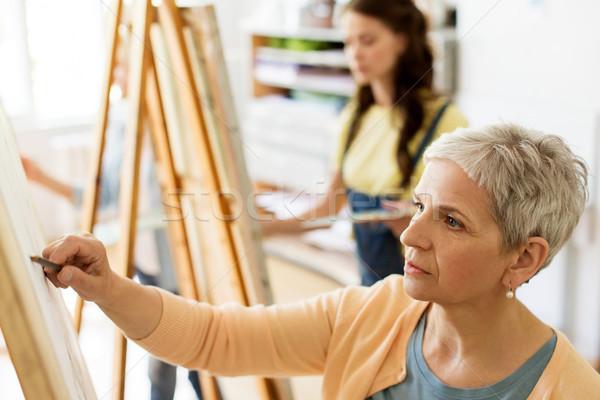 Idős nő rajz festőállvány művészet iskola Stock fotó © dolgachov