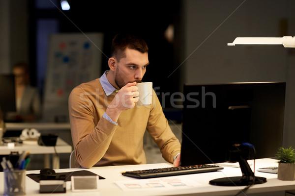 男 ノートパソコン コーヒー 作業 1泊 オフィス ストックフォト © dolgachov