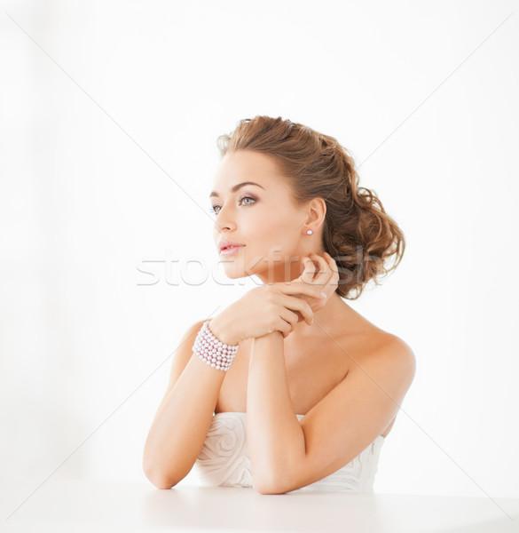Femme perle boucles d'oreilles bracelet belle femme Photo stock © dolgachov