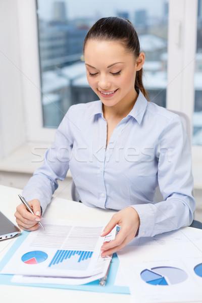 Empresária laptop gráficos escritório negócio tecnologia Foto stock © dolgachov