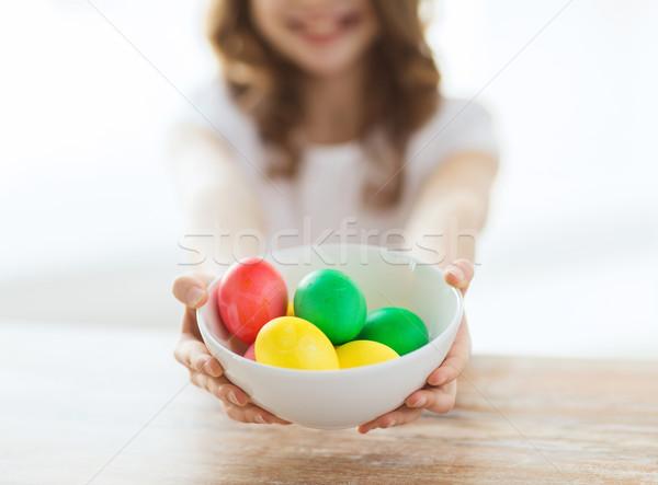 Meisje kom gekleurde eieren Pasen Stockfoto © dolgachov