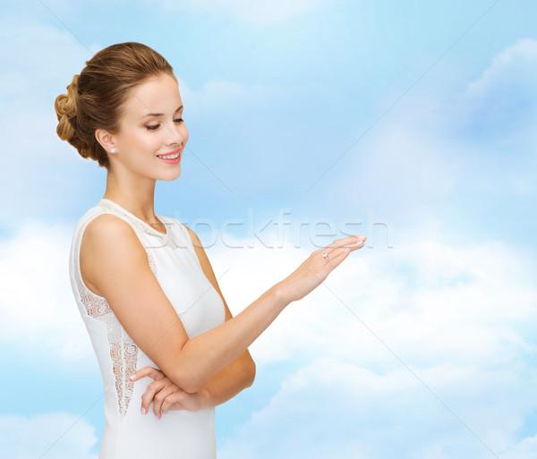 Stok fotoğraf: Gülümseyen · kadın · beyaz · elbise · elmas · yüzük · nişan · kutlama · düğün