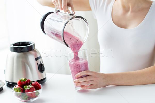 Vrouw milkshake gezond eten Stockfoto © dolgachov