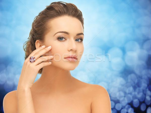 Femme souriante bague en diamant personnes bijoux luxe glamour Photo stock © dolgachov