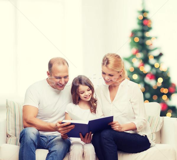 famille heureuse livre maison famille enfance vacances photo stock syda. Black Bedroom Furniture Sets. Home Design Ideas