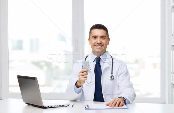Mosolyog orvos laptop iroda egészségügy hivatás Stock fotó © dolgachov