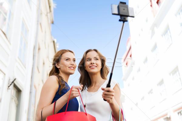 Nők vásárlás elvesz okostelefon vásár technológia Stock fotó © dolgachov