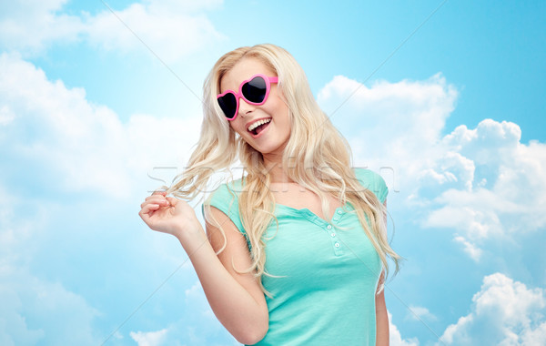Foto stock: Feliz · jovem · mulher · loira · adolescente · óculos · de · sol · emoções