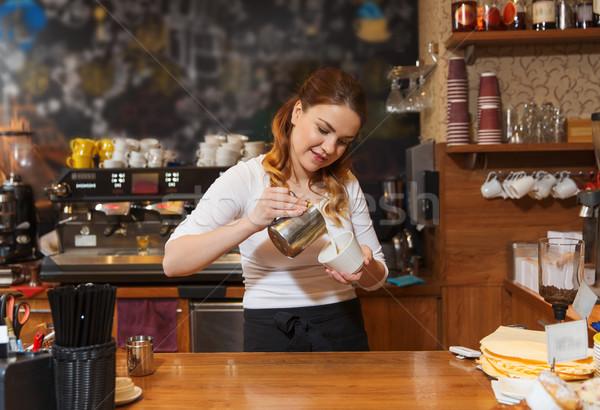 Бариста женщину кремом Кубок кофейня Сток-фото © dolgachov