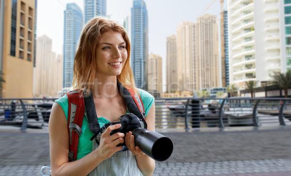 Mulher mochila câmera Dubai cidade aventura Foto stock © dolgachov