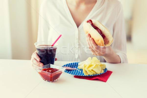 Kadın yeme sosisli sandviç kola amerikan Stok fotoğraf © dolgachov