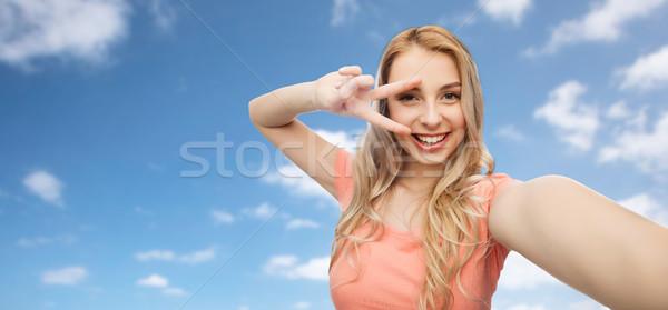Gülümseyen kadın barış imzalamak duygular Stok fotoğraf © dolgachov