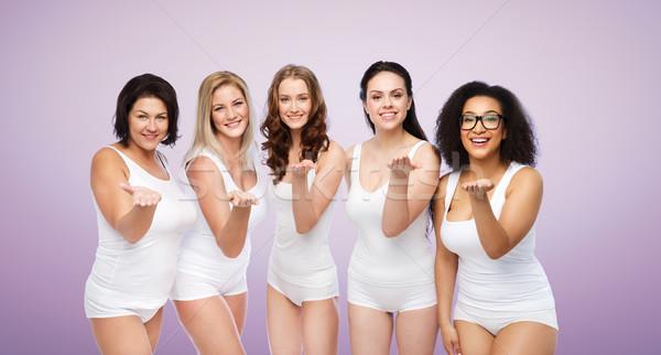 Groep gelukkig verschillend vrouwen blazen Stockfoto © dolgachov