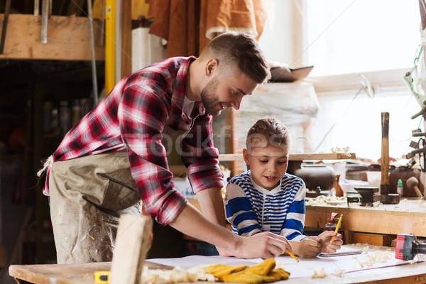 Felice figlio di padre blueprint workshop famiglia carpenteria Foto d'archivio © dolgachov