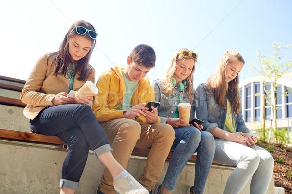Tini barátok okostelefon kávéscsészék technológia internet Stock fotó © dolgachov