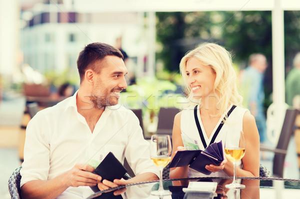 Szczęśliwy para portfela ustawy restauracji Zdjęcia stock © dolgachov