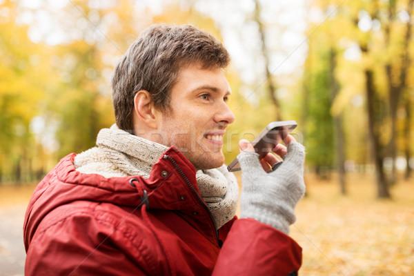 Uomo voce smartphone autunno parco tempo libero Foto d'archivio © dolgachov