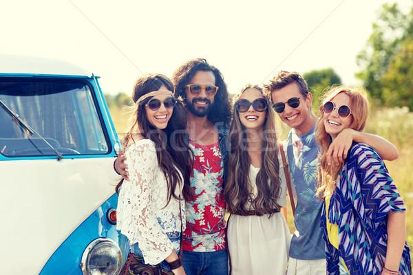Glimlachend jonge hippie vrienden auto Stockfoto © dolgachov