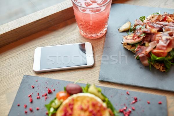 Branza de capra şuncă smartphone cafenea alimente mananca Imagine de stoc © dolgachov