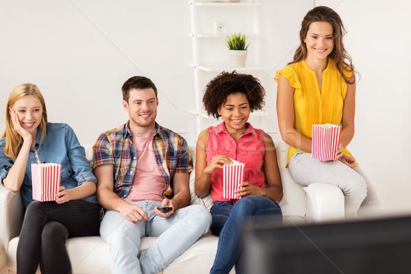 Boldog barátok pattogatott kukorica néz tv otthon Stock fotó © dolgachov