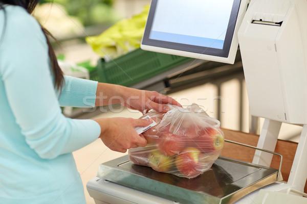 Nő almák mérleg élelmiszerbolt vásárlás vásár Stock fotó © dolgachov
