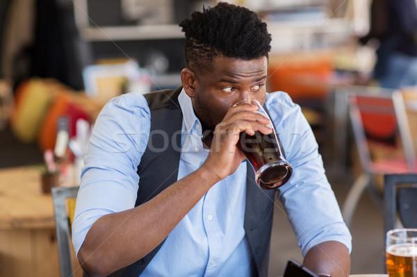 Człowiek pitnej piwa bar publikacji ludzi Zdjęcia stock © dolgachov