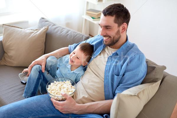 отцом сына попкорн смотрят телевизор домой семьи Сток-фото © dolgachov