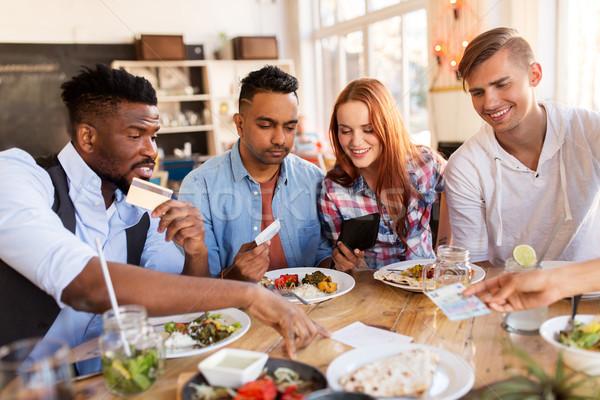 Boldog barátok pénz fizet számla étterem Stock fotó © dolgachov