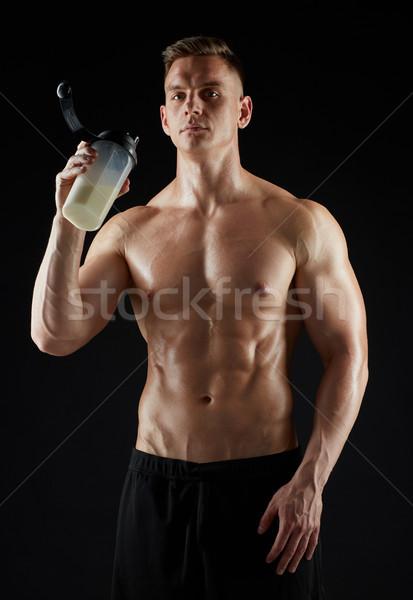 Genç vücut geliştirmeci protein sallamak şişe spor Stok fotoğraf © dolgachov