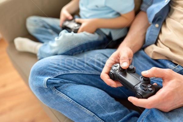 Père en fils jouer jeu vidéo famille paternité Photo stock © dolgachov