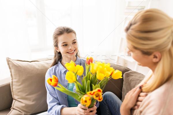Foto stock: Menina · feliz · flores · mãe · casa · pessoas · família