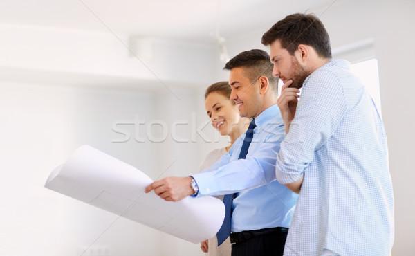Pośrednik w sprzedaży nieruchomości plan nowy dom para hipoteka Zdjęcia stock © dolgachov