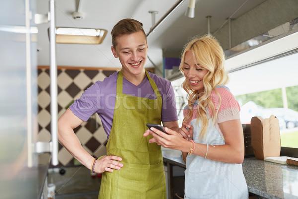 Stockfoto: Paar · smartphone · voedsel · vrachtwagen · straat · verkoop