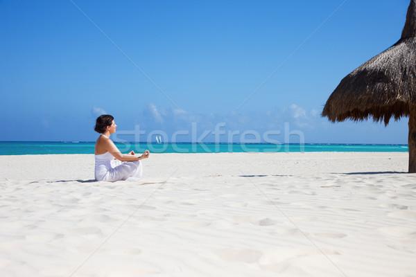 Meditatie strand gelukkig vrouw lotus pose Stockfoto © dolgachov