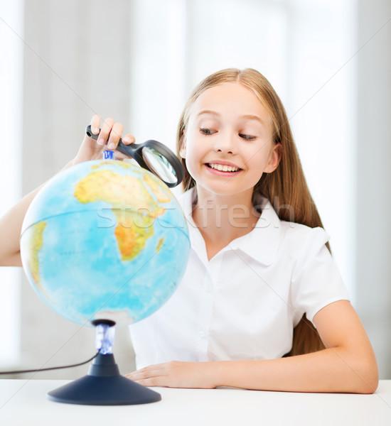 Kind naar wereldbol vergrootglas onderwijs school Stockfoto © dolgachov