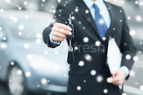 Człowiek na zewnątrz transport własność samochodu Zdjęcia stock © dolgachov