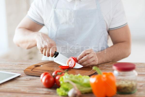 Stok fotoğraf: Erkek · el · domates · tahta · bıçak