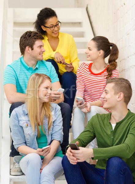 Sonriendo estudiantes debate educación escuela Foto stock © dolgachov