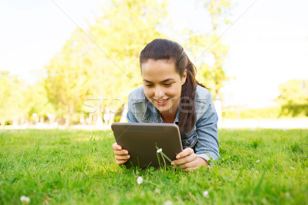 ストックフォト: 笑みを浮かべて · 若い女の子 · 草 · ライフスタイル · 夏休み