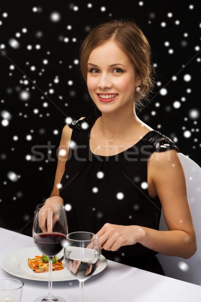 Uśmiechnięta kobieta jedzenie danie główne żywności ludzi Zdjęcia stock © dolgachov