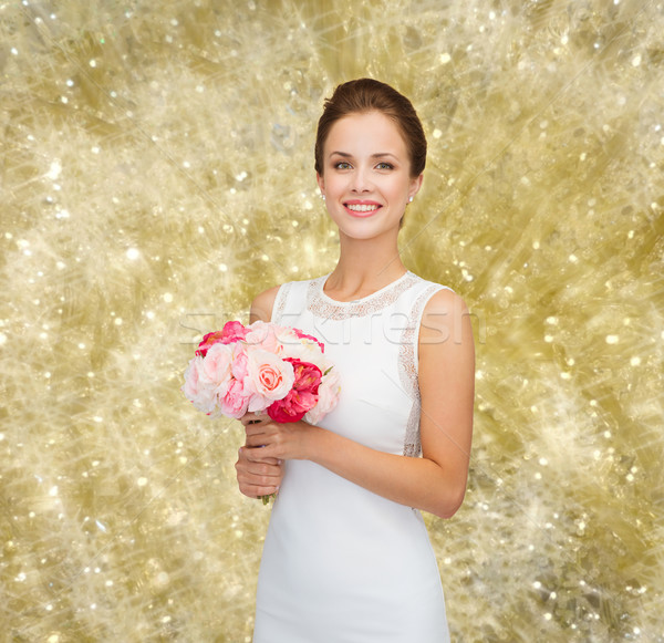 Femeie zambitoare rochie de culoare alba buchet trandafiri oameni nuntă Imagine de stoc © dolgachov