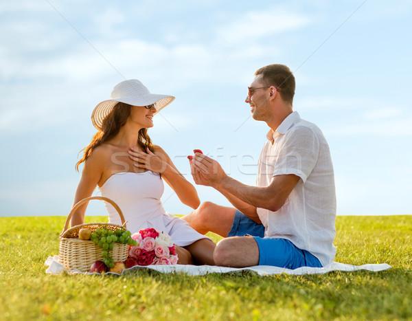 Gülen çift küçük kırmızı hediye kutusu piknik Stok fotoğraf © dolgachov