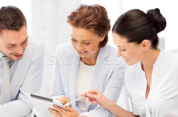 Foto stock: Equipe · de · negócios · trabalhando · comprimido · escritório · sorridente · reunião