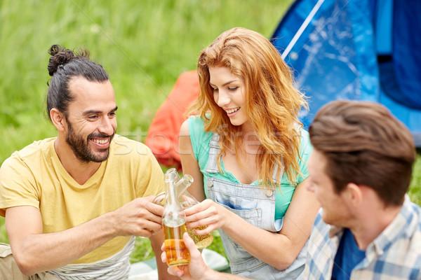 Boldog barátok sátor italok táborhely kempingezés Stock fotó © dolgachov
