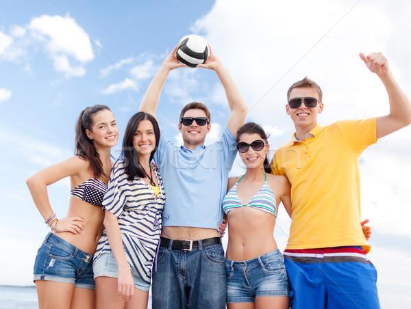 Grupo feliz amigos bola de praia verão férias Foto stock © dolgachov