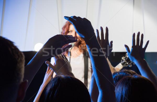Vrouwelijke zanger gitaar gelukkig fans handen Stockfoto © dolgachov