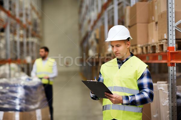 Hombre portapapeles almacén personas Foto stock © dolgachov