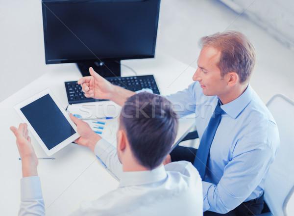 üzletemberek notebook táblagép iroda megbeszél grafikonok Stock fotó © dolgachov