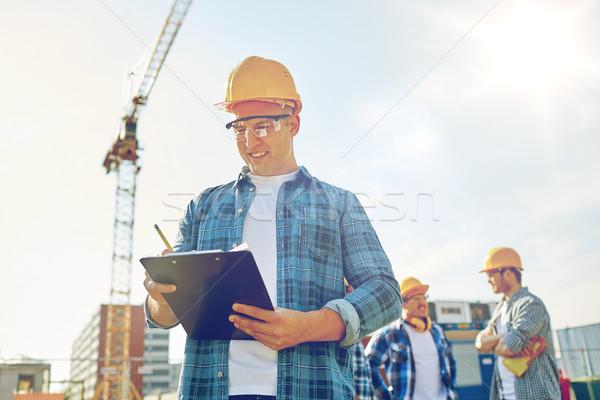 Constructor casco de seguridad portapapeles construcción negocios edificio Foto stock © dolgachov