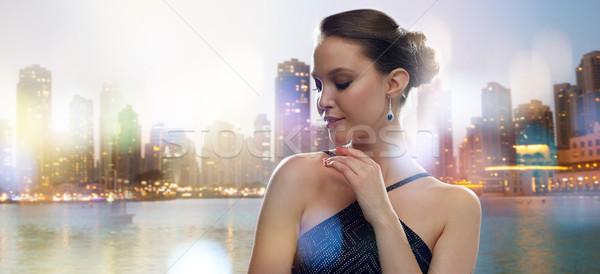 Piękna młodych asian kobieta kolczyk miasta Zdjęcia stock © dolgachov